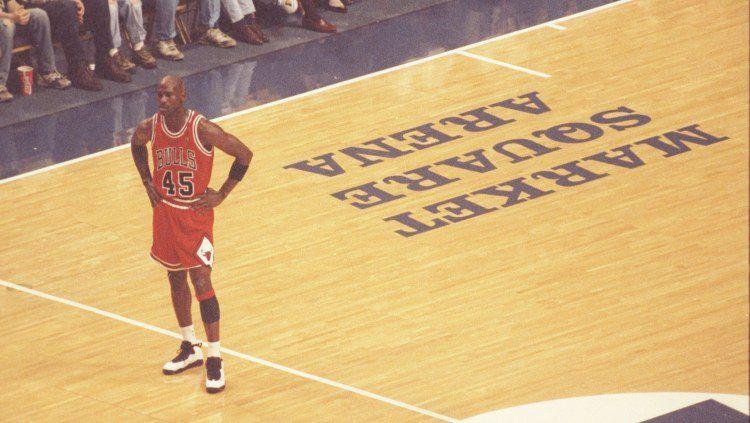 Legenda NBA Michael Jordan dituduh telah mengarang cerita saat dirinya keracunan makanan jelang game 5 NBA Finals 1997 melawan Utah Jazz. Copyright: © All Sport/GettyImages