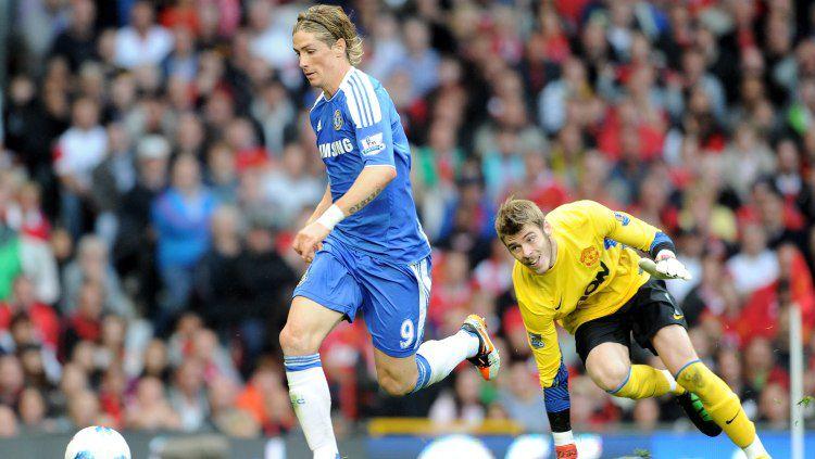 Mantan bintang klub Liga Inggris, Chelsea, Fernando Torres (kiri) saat melewati kiper Manchester United, David De Gea. Copyright: © Darren Walsh/Getty Images