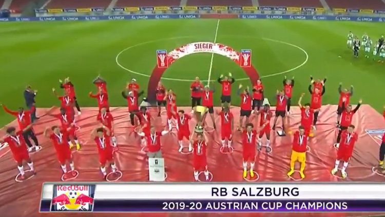 Nasib baik dialami oleh pemain asal Korea Selatan yang bermain di klub Austria, Red Bull Salzburg, setelah dulu pernah dihajar Evan Dimas. Copyright: © Twitter/beINSPORTSUSA