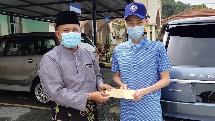 Lee Chong Wei menyerahkan bantuan kepada sebuah masijd. Copyright: © Facebook/Masjid Al-Hidayah Kg.Sungai Penchala