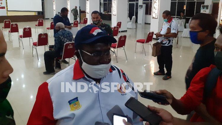 Sekretaris Umum KONI Papua, Kenius Kogoya, berharap PON XX tidak dimundurkan karena alasan keamanan. Copyright: © Sudjarwo/INDOSPORT