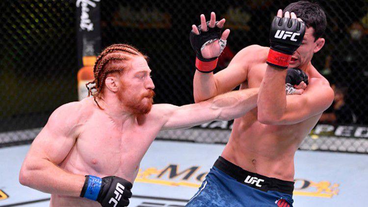 Seorang petarung Mixed Martial Arts (MMA), Spike Carlyle nyaris menelan kekalahan lantaran dirinya melakan kesalahan konyol. Copyright: © Photo by Jeff Bottari/Zuffa LLC via Getty Images)