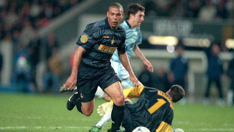 Ronaldo Nazario saat membela Inter Milan vs Lazio di final Liga Europa Copyright: © Mark Leech/Offside/Getty Images