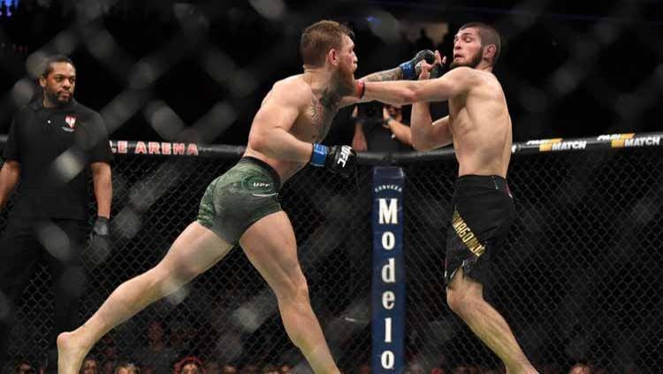 Conor McGregor dari Irlandia berusaha memukul Khabib Nurmagomedov. Copyright: © Jeff Bottari/Zuffa LLC/Zuffa LLC via Getty Images