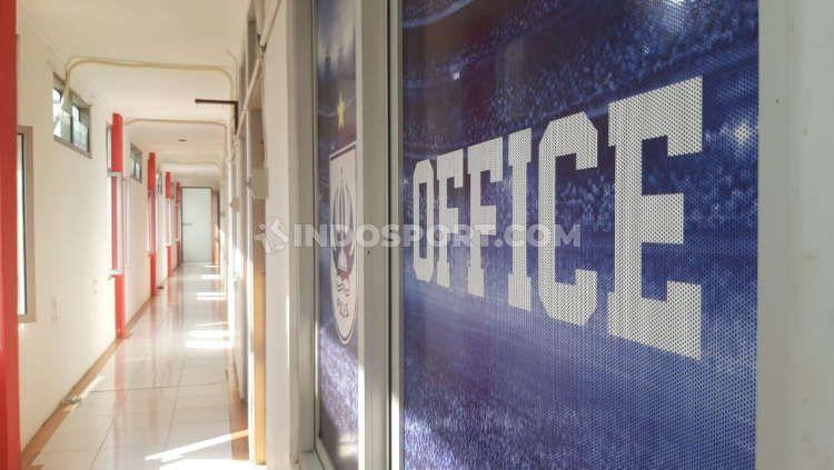 Lorong PSIS Office yang terletak di lantai 2 komplek Stadion Citarum. Copyright: © Alvin Syaptia Pratama/INDOSPORT