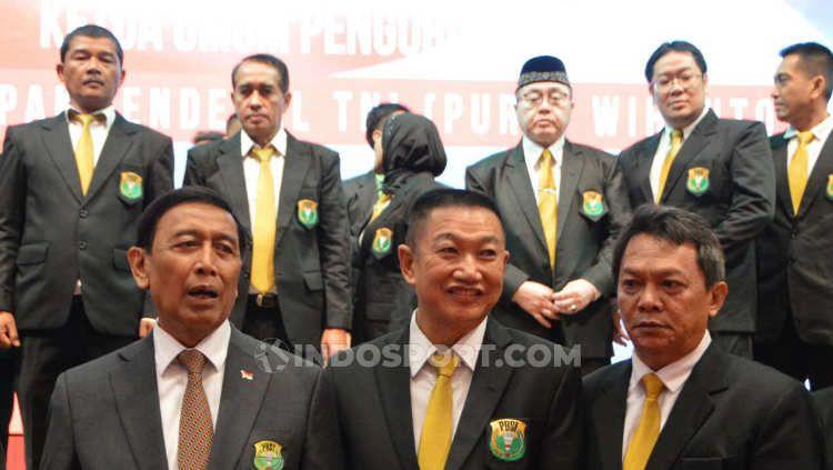 Ketua Umum Pengprov PBSI Sumut, Suripno Ngadimin (tengah)) foto bersama dengan Ketua Umum PP PBSI, Wiranto (kiri), saat pelantikan kepengurusan PBSI Sumut 2018-2022, beberapa waktu lalu. Copyright: © Aldi Aulia Anwar/INDOSPORT