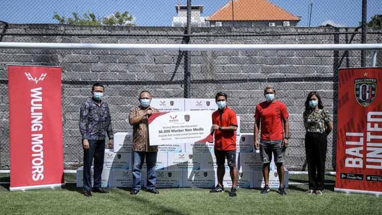 Klub Liga 1 Bali United mendapat dukungan sponsor dalam donasi masker non medis untuk memerangi persebaran virus corona. Copyright: © Ofisial Bali United
