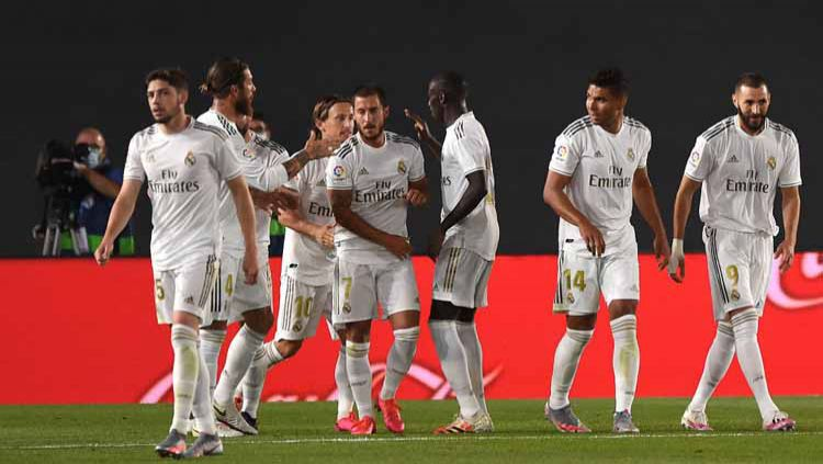 Selebrasi pemain Real Madrid Karim Benzema, Eden Hazard dan timnya usai mencetak gol ke gawang Valencia di ajang LaLiga Spanyol Real Madrid vs Valencia. Copyright: © Denis Doyle/Getty Images