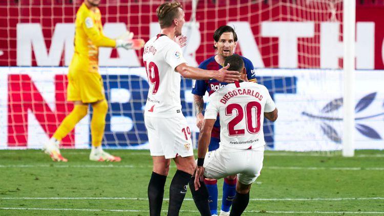 Lionel Messi murka kepada Diego Carlos dalam laga Sevilla vs Barcelona Copyright: © Mateo Villalba/Quality Sport Images/Getty Images