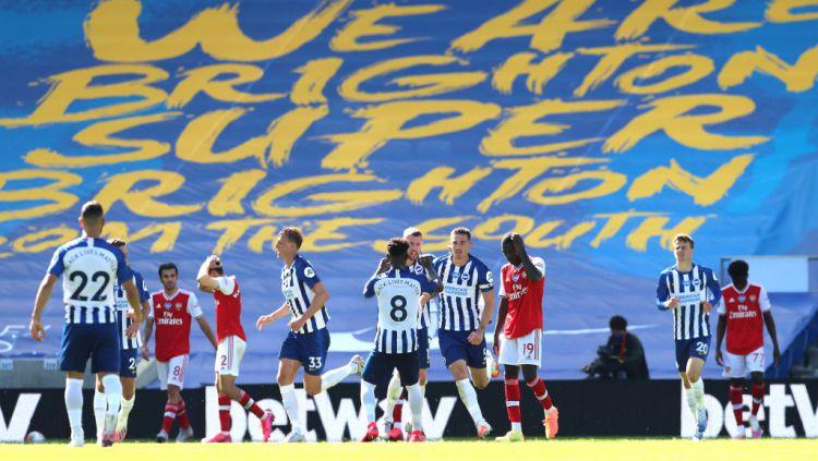 Insiden kocak terjadi saat laga Liga Inggris antara Brighton vs Arsenal, Sabtu (20/06/20). Copyright: © Gareth Fuller/Pool via Getty Images