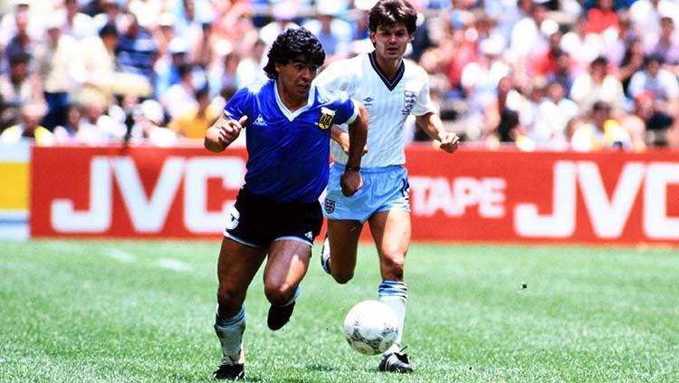 Diego Maradona (kiri) menggiring bola pada laga Argentina vs Inggris di babak perempatfinal Piala Dunia 1986. Copyright: © Etsuo Hara/Getty Images