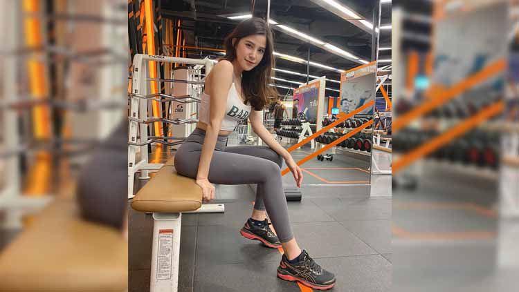 Model cantik asal Thailand, Carrot Papada tetap percaya diri ketika melakukan workout meskipun terlihat memakai celana ketat tembus pandang. Copyright: © Instagram
