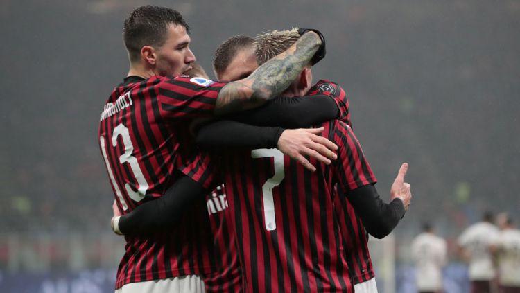 Alessio Romagnoli tak akan diikutsertakan hingga membuat AC Milan sial jelang lawan AS Roma di laga lanjutan Serie A Liga Italia. Copyright: © Emilio Andreoli/Getty Images