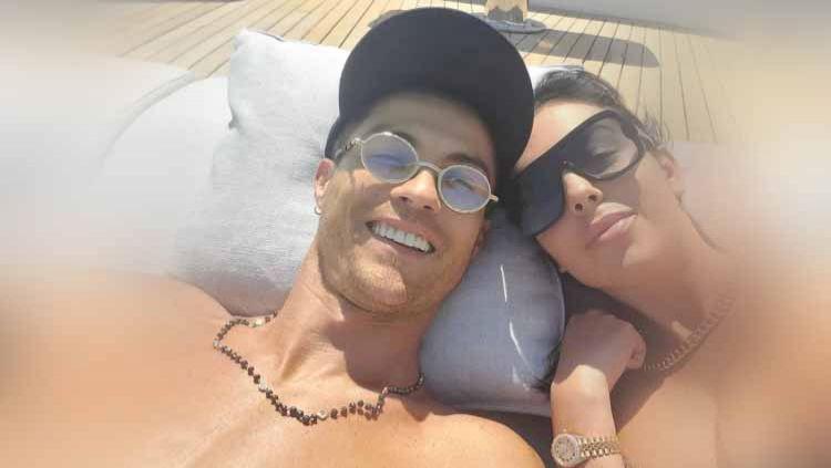 Kekasih megabintang Juventus Cristiano Ronaldo, Georgina Rodriguez menjadi perbincangan publik setelah memamerkan cincin bertahtakan berlian. Copyright: © thesun.co.uk