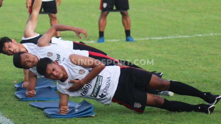 Gelandang muda Bali United, Reza Irfana (paling depan) saat masih berlatih bersama timnya pada Januari lalu. Copyright: © Nofik Lukman Hakim/INDOSPORT