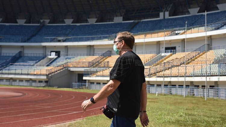 Pelatih klub Liga 1 2020 Persib Bandung, Robert Rene  Alberts, mendapatkan informasi bahwa selain timnya, ada pihak lain yang menggunakan Stadion Gelora Bandung Lautan Api (GBLA). Copyright: © Media officer Persib