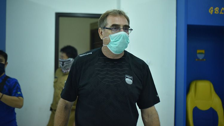 Pelatih Persib Bandung, Robert Rene Alberts, mengaku sudah mendapat informasi jika kompetisi lanjutan Liga 1 2020 sulit untuk digelar pada November 2020. Copyright: © Media officer Persib