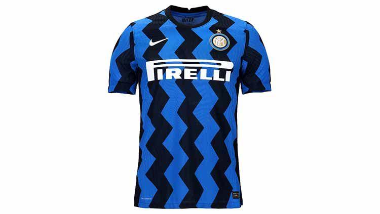 Jersey baru klub Serie A Italia Inter Milan untuk kompetisi musim depan yang baru dirilis menimbulkan kehebohan karena diketahui merupakan buatan Indonesia. Copyright: © Inter