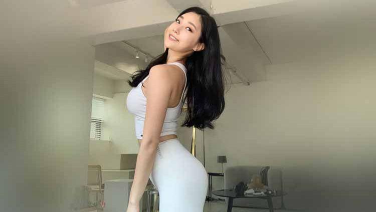 Model seksi asal Korea Selatan, Yoo Seung-ok, membagikan tips berolahraga di malam hari. Olahraga ini cukup simple dan bisa dilakukan di rumah di tengah pandemi Copyright: © Instagram@yooseung_erica