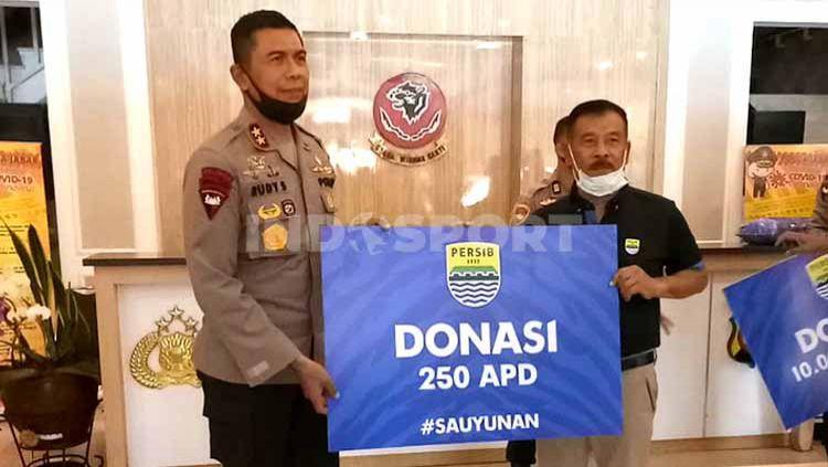 Manajemen Persib Bandung menyerahkan bantuan berupa 250 APD dan 10.000 masker kepada Polda Jawa Barat, Kamis (02/07/20). Copyright: © Arif Rahman/INDOSPORT