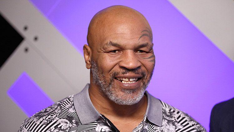 Superstar tinju asal Amerika Serikat, Mike Tyson, ternyata pernah mengambil keputusan besar dengan menjual rumah mewahnya karena bangkrut total. Copyright: © Donald Kravitz/Getty Images