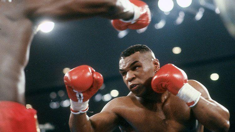 Laga comeback Mike Tyson kontra Roy Jones Jr yang tadinya bakal digelar pada tanggal 12 September mendatang kabarnya akan diundur. Copyright: © Focus On Sport/Getty Images