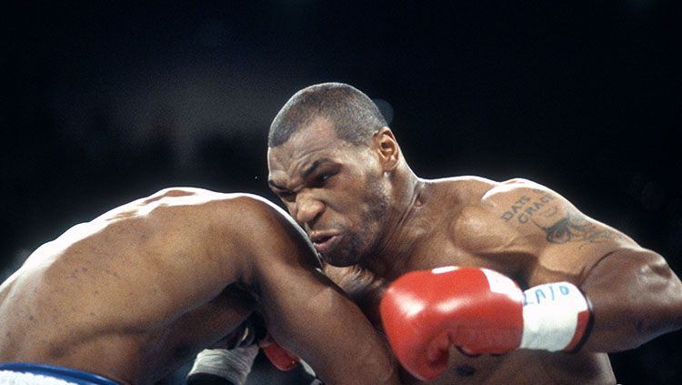Legenda tinju dunia, Mike Tyson 'ceramahi' Deontay Wilder jelang duel trilogy kelas berat melawan musuh bebuyutannya, Tyson Fury. Copyright: © Focus On Sport/Getty Images