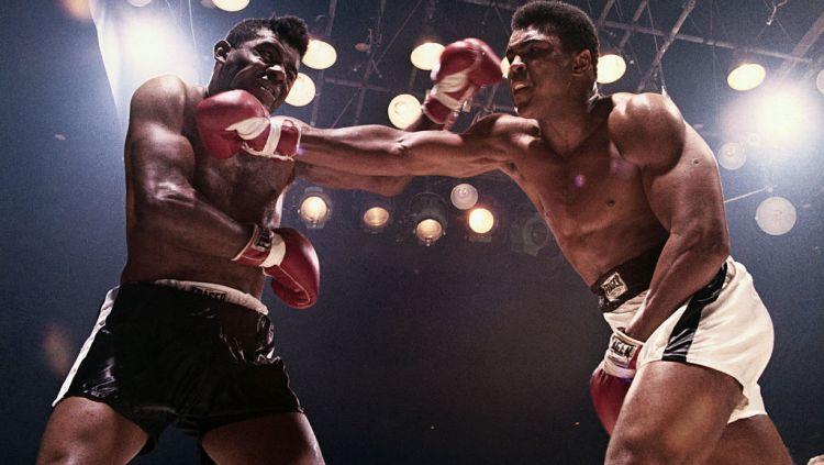 Floyd Patterson (kiri) ketika bertarung dengan Muhammad Ali Copyright: © Bettmann / Contributor via Getty Images