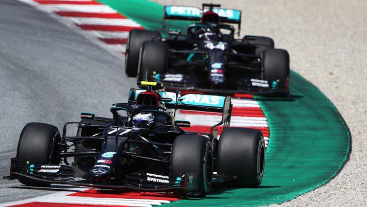 Duo Mercedes, Valtteri Bottas dan Lewis Hamilton akan memimpin balapan Formula 1 GP Emilia Romagna, Minggu (1/11/20) pukul 19.10 WIB. Copyright: © Bryn Lennon/Getty Images