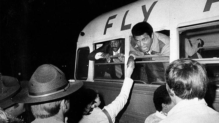 Momen Muhammad Ali saat naik bus bandara menuju pesawat Copyright: © John Blanding/The Boston Globe via Getty Images