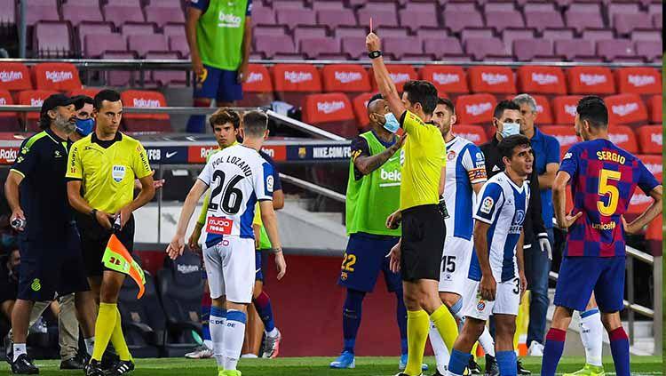 Setelah hampir tiga dekade berlaga di LaLiga Spanyol, klub Espanyol akhirnya harus terdegradasi setelah tumbang di tangan rival sekota, Barcelona. Copyright: © Pol Lozano pemain Espanyol mendapat kartu merah.