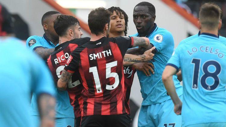Situasi panas di laga pekan ke-34 Liga Inggris antara Bournemouth vs Tottenham Hotspur. Copyright: © Neil Hall/Pool via Getty Images