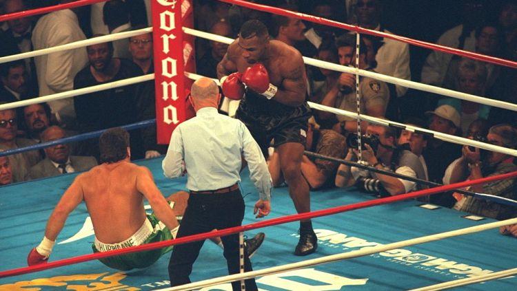 Peter McNeeley terhempas jatuh usai menerima pukulan Mike Tyson Copyright: © Chris Farina/Corbis via Getty Images