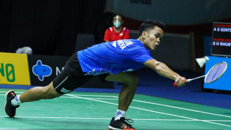 Anthony Ginting menyudahi perlawanan Shesar Hiren di final PBSI Home Tournament. Copyright: © Humas PBSI