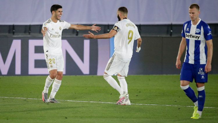 Selebrasi gol Marco Asensio bersama Karim Benzema di laga pekan ke-35 LaLiga Spanyol antara Real Madrid vs Alaves. Copyright: © David S. Bustamante/Soccrates/Getty Images