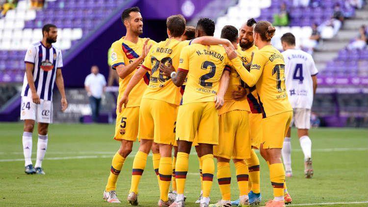 Skuat Barcelona merayakan gol Arturo Vidal ke gawang Valladolid di pertandingan pekan ke-35 LaLiga Spanyol. Copyright: © Denis Doyle/Getty Images