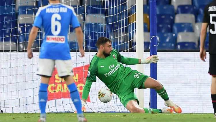Gianluigi Donnarumma mampu menorehkan sejumlah catatan heroik saat tampil dalam laga Serie A Italia Napoli vs AC Milan, Senin (13/07/20) dini hari WIB. Copyright: © (Photo by Francesco Pecoraro/Getty Images)