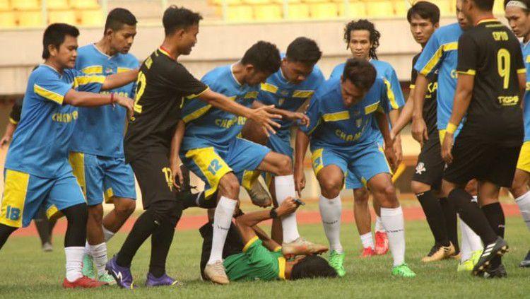 Pelaku penyerangan terhadap wasit di laga fun persahabatan dua hari lalu di Stadion Patriot, Bekasi ternyata kapten tim Liga 3, Jakarta United. Copyright: © https://twitter.com/horabpodcast