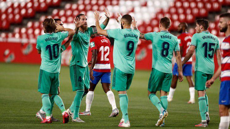 Pemain Real Madrid merayakan gol Karim Benzema ke gawang Granada di pekan ke-36 LaLiga Spanyol 2019/20, Selasa (14/07/20) Copyright: © https://twitter.com/realmadrid