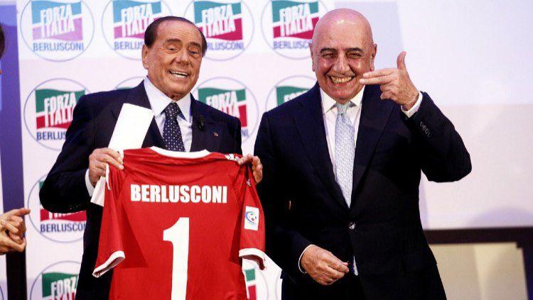 Silvio Berlusconi (kiri) dan Adriano Galliani (kanan) resmi membeli AC Monza. Copyright: © Twitter/@CareerModeStars