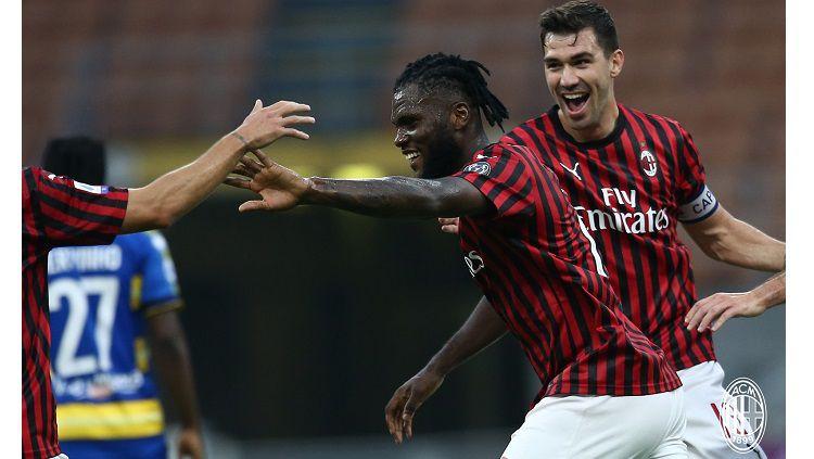 Selebrasi Franck Kessie dalam pertandingan lanjutan Serie A Italia antara AC Milan vs Parma, Rabu (15/7/20). Copyright: © Twitter AC Milan