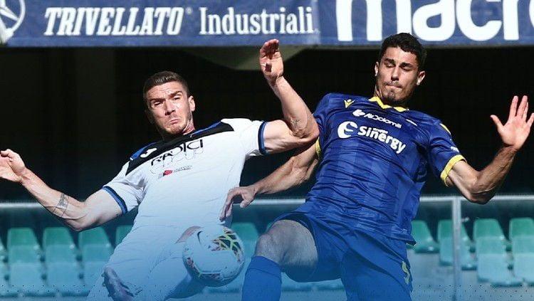 Aksi perebutan bola di pertandingan Verona vs Atalanta pada pekan ke-34 Liga Italia Serie A 2019/20, Sabtu (18/07/20). Copyright: © https://twitter.com/atalanta