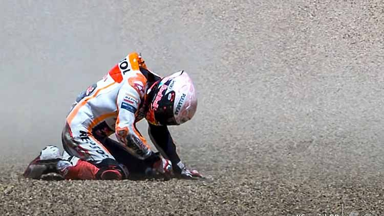 Pembalap Repsol Honda, Marc Marquez, dipastikan harus absen hingga tiga bulan lagi, yang menyebabkan ia terancam gagal mempertahankan gelar MotoGP. Copyright: © motogp.com