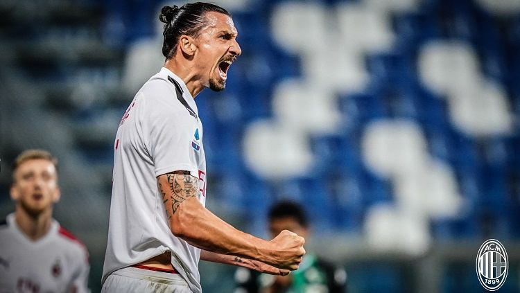 Selebrasi gol Zlatan Ibrahimovic dalam pertandingan Serie A Italia antara Sassuolo vs AC Milan, Senin (20/7/20). Copyright: © Twitter AC Milan