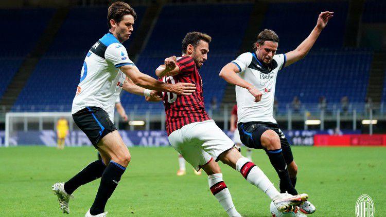 Perebutan bola di pertandingan AC Milan vs Atalanta pekan ke-36 Liga Italia Serie A, Sabtu (25/7/20). Copyright: © https://twitter.com/acmilan