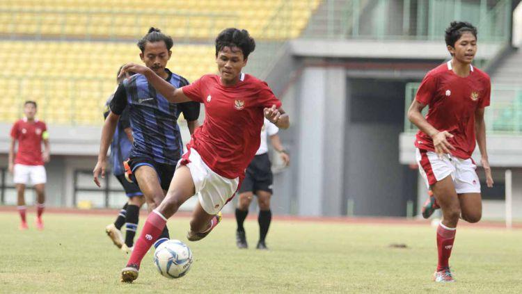 Laga uji coba antara Timnas Indonesia U-16 vs Askab Kabupaten Bekasi U-18 di Stadion Patriot Bekasi, Jumat  (24/07/20). Copyright: © Media PSSI