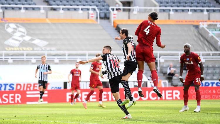 Virgil van Dijk mencetak gol pada pertandingan Liga Inggris antara Newcastle vs Liverpool, Minggu (26/07/20). Copyright: © Laurence Griffiths/Getty Images