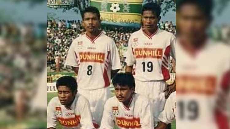 Apa kabar Joko 'Kijang' Heriyanto (kiri bawah)? Striker ganas milik Barito Putera yang sempat menjadi tumbal Persib Bandung di semifinal Liga Indonesia 1994/95. Copyright: © Dok. Tabloid Bola