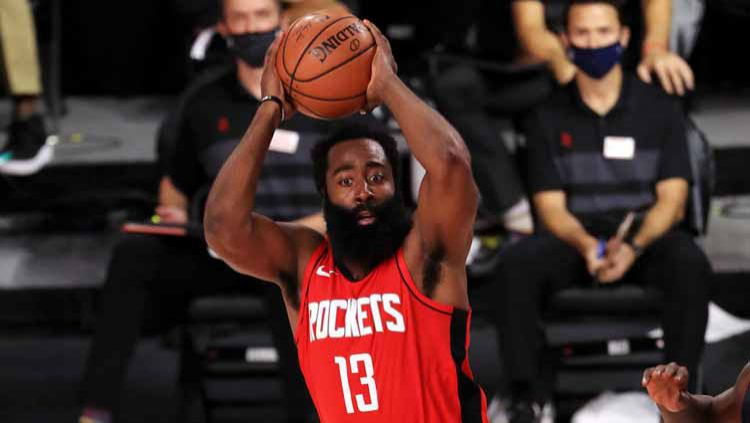 James Harden menggila dengan mencetak 49 poin di laga Houston Rockets vs Dallas Mavericks di ESPN Wide World Of Sports Complex, Sabtu (01/08/20). Copyright: © Mike Ehrmann/Getty Images