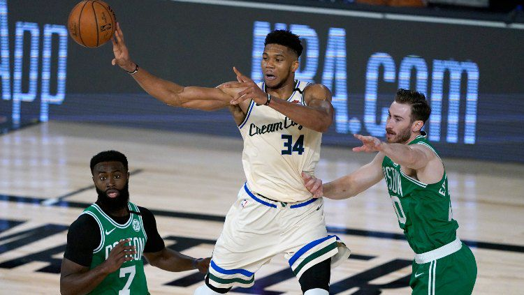 Giannis Antetokounmpo, pemain Milwaukee Bucks di laga lawan Boston Celtics di Florida, Sabtu (01/08/20). Copyright: © Ashley Landis-Pool/Getty Images